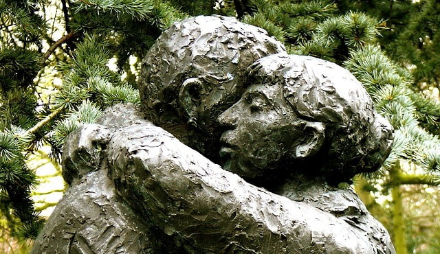 photo of a statue of two people embracing